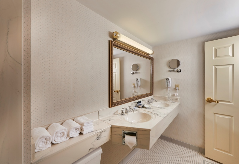 Bathroom accommodations in a Deluxe Double Suite